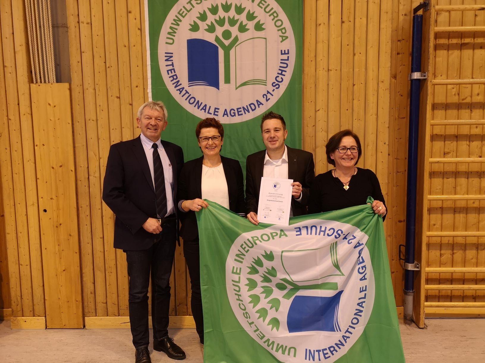 Foto mit Landrat und Urkunde