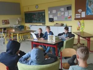 Schüler der Klasse 6b lesen in der Grundschule Ebrach